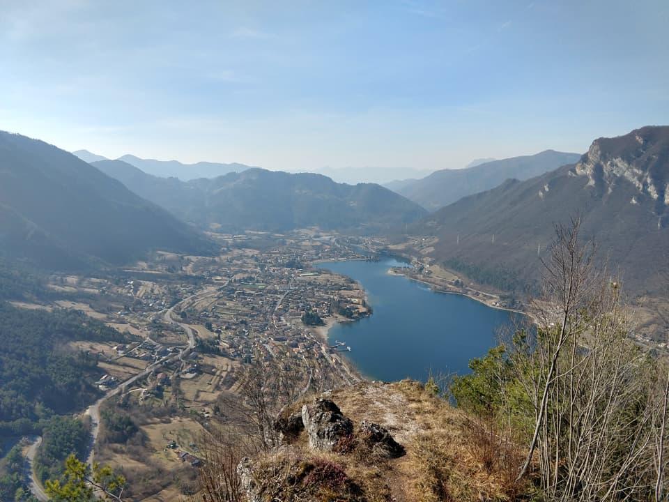 La Cima Crènch ci offre un punto di vista differente sull'abitato di Idro