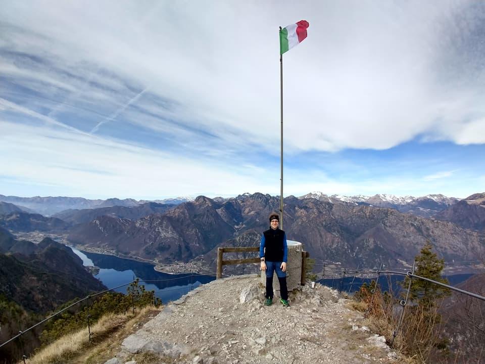 Al culmine del percorso troviamo un balcone panoramico dove svetta la nostra bandiera tricolore