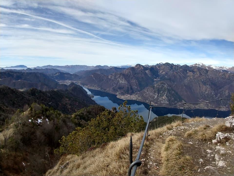 Il cielo è nuvoloso ma privo di foschia, il Lago d'Idro si mostra in tutto il suo splendore