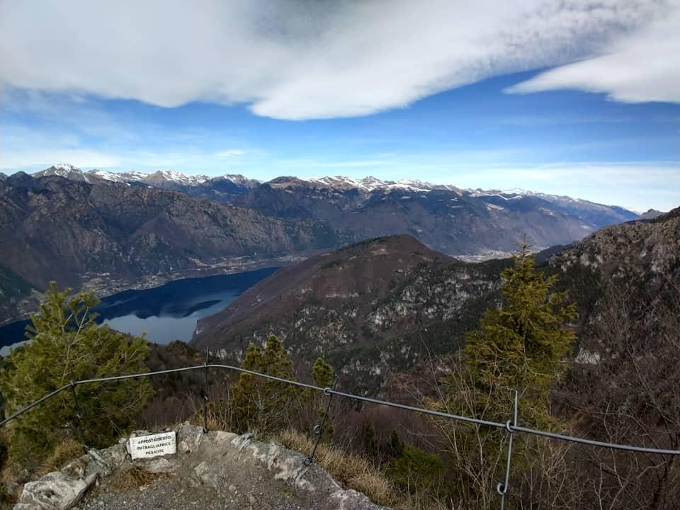 Possiamo ammirare la vicina Rocca d'Anfo e sullo sfondo le montagne del gruppo Dosso Alto