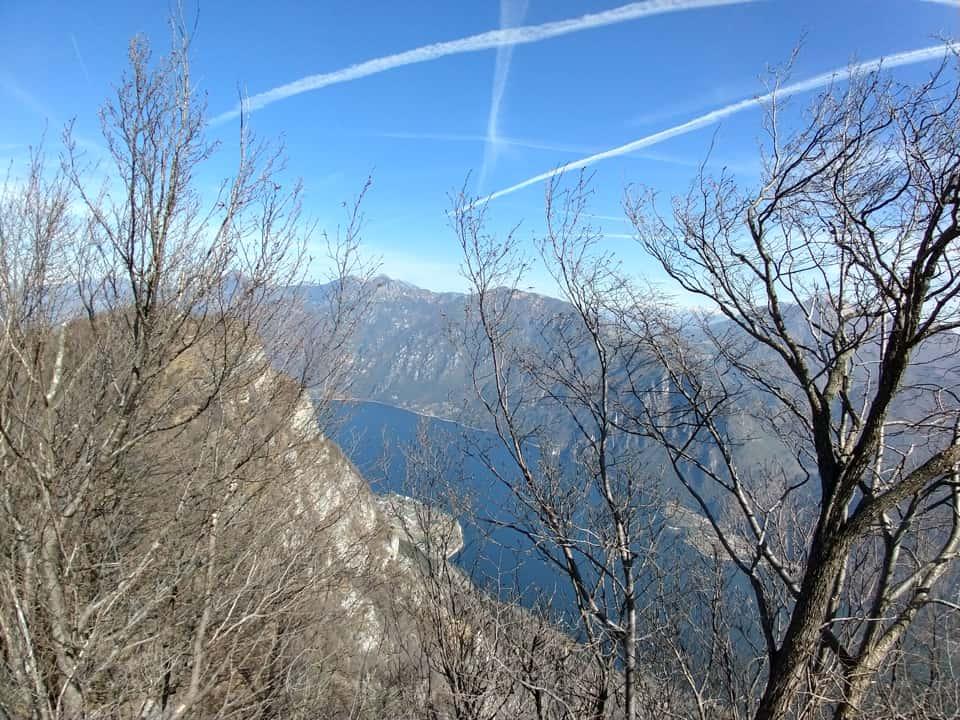 La cima boschiva del Monte Paghera nasconde lo splendido panorama