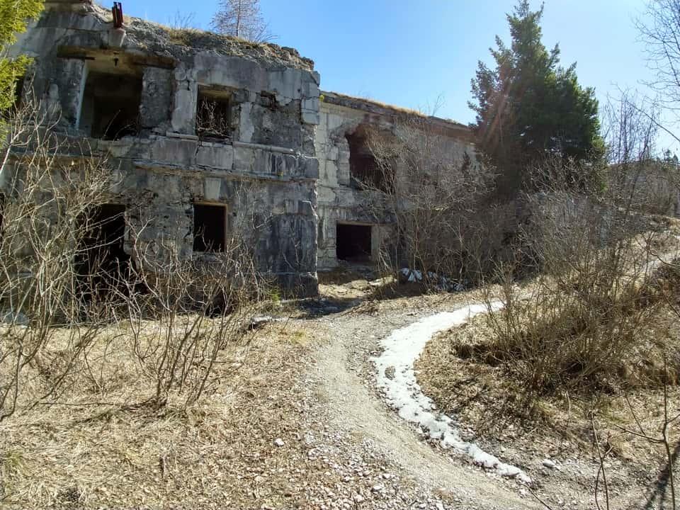 Giunti al Forte di Cima ora ci troviamo di fronte una struttura danneggiata e spoglia di ogni materiale bellico