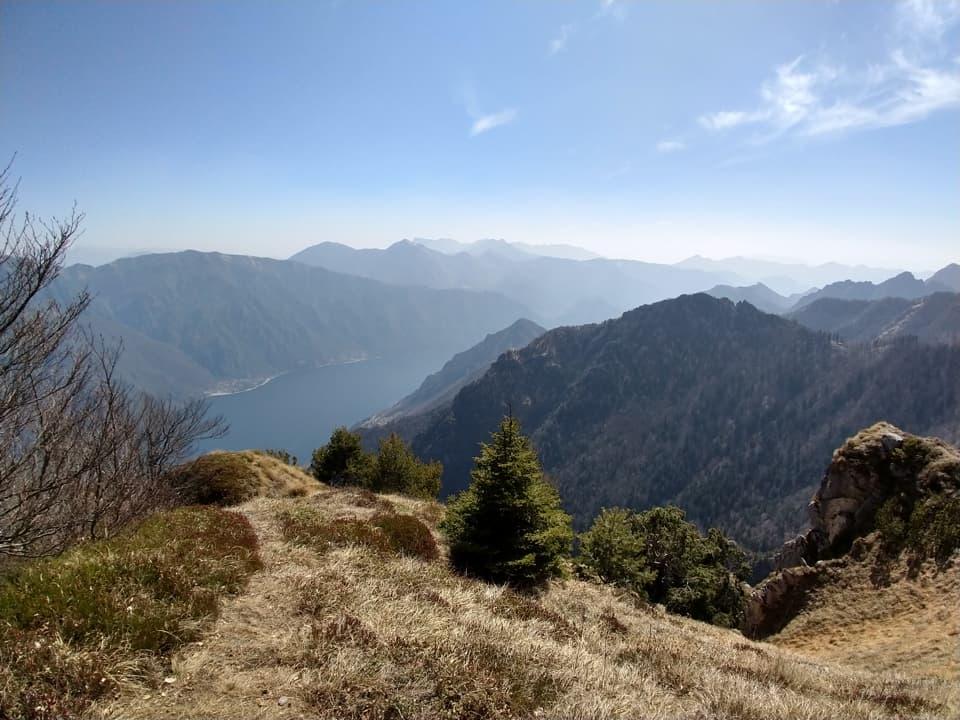La salita verso il Monte Breda ci consente di ammirare il Lago d'Idro e le cime circostanti