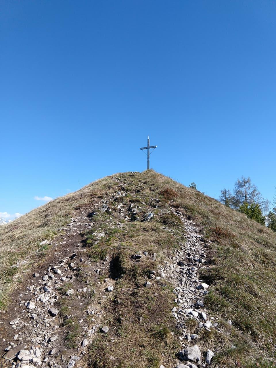 La grande Croce di vetta del Monte Colombina è ormai a pochi passi