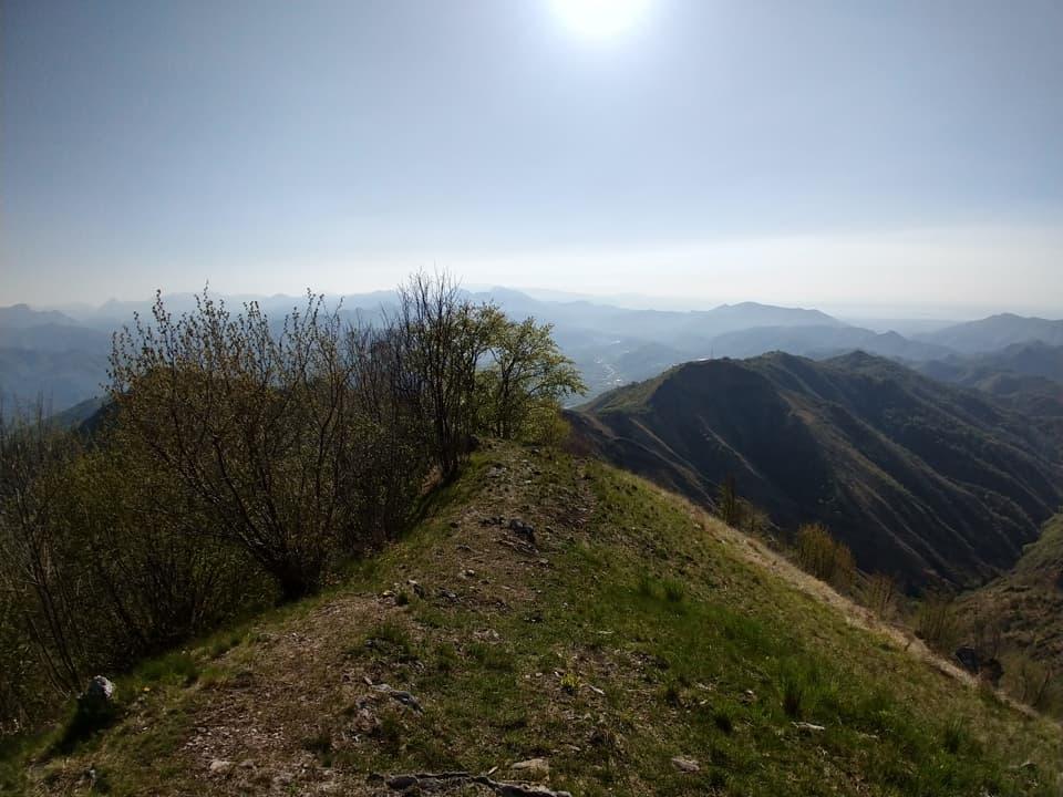 La vetta del Monte Prealba ci consente di ammirare le montagne della Valle Sabbia