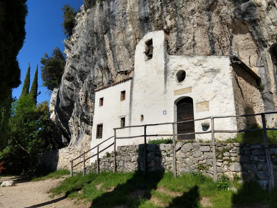 La splendida chiesetta è un vero e proprio diamante incastonato nella roccia