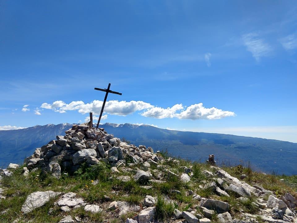 Da Cima Comer possiamo ammirare la catena montuosa del Monte Baldo sulla sponda veronese