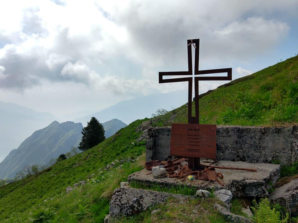 Lungo il percorso mi soffermo per visitare questa lapide con Croce in metallo