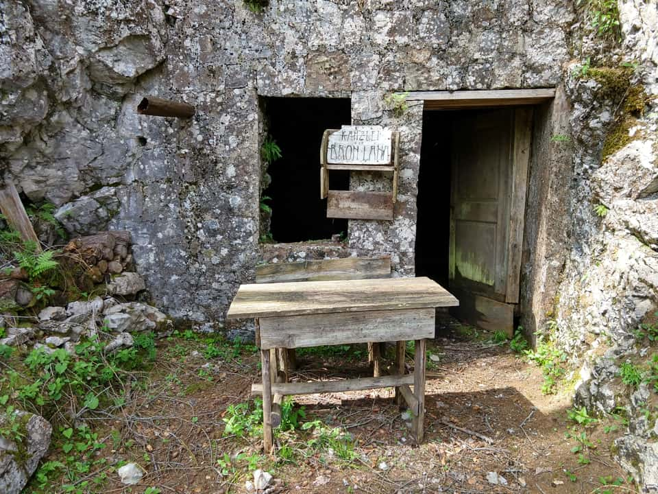 La discesa offre numerosi luoghi di interesse storico come questo accampamento
