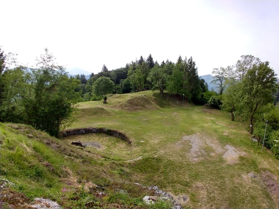 Nei dintorni del forte sono presenti altre strutture come una postazione per mitragliatrice