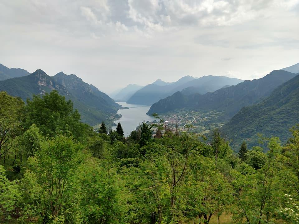 Nonostante la fitta vegetazione è possibile ammirare il Lago d'Idro in tutto il suo splendore