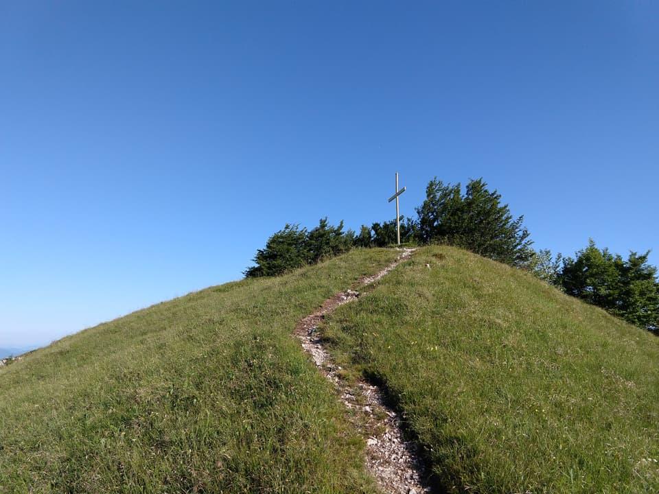La Croce di Vetta è situata sull'anticima est della Corna a pochi metri dalla vetta