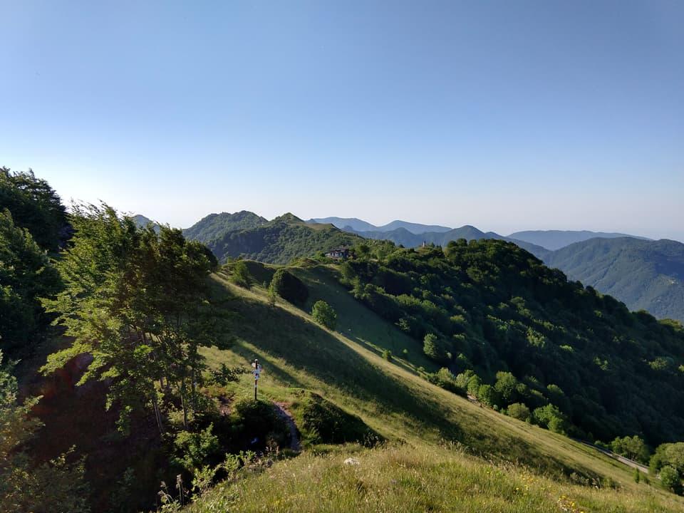 Dalla cima è possibile osservare le principali vette delle valli circostanti