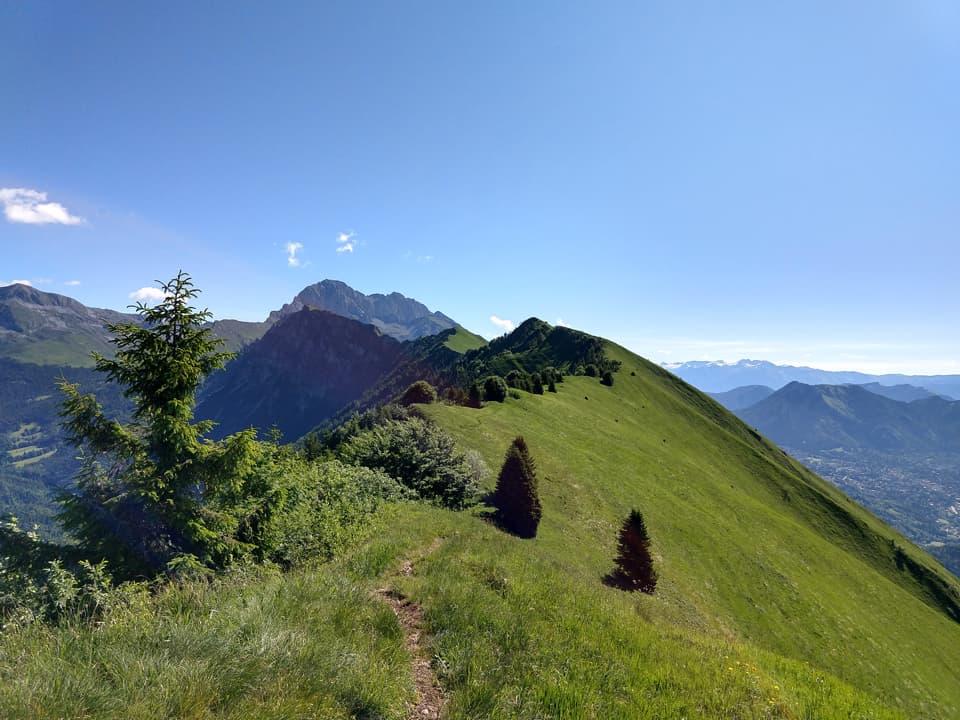 Dalla vetta del Monte Paré lo sguardo si posa obbligatoriamente sulla Presolana