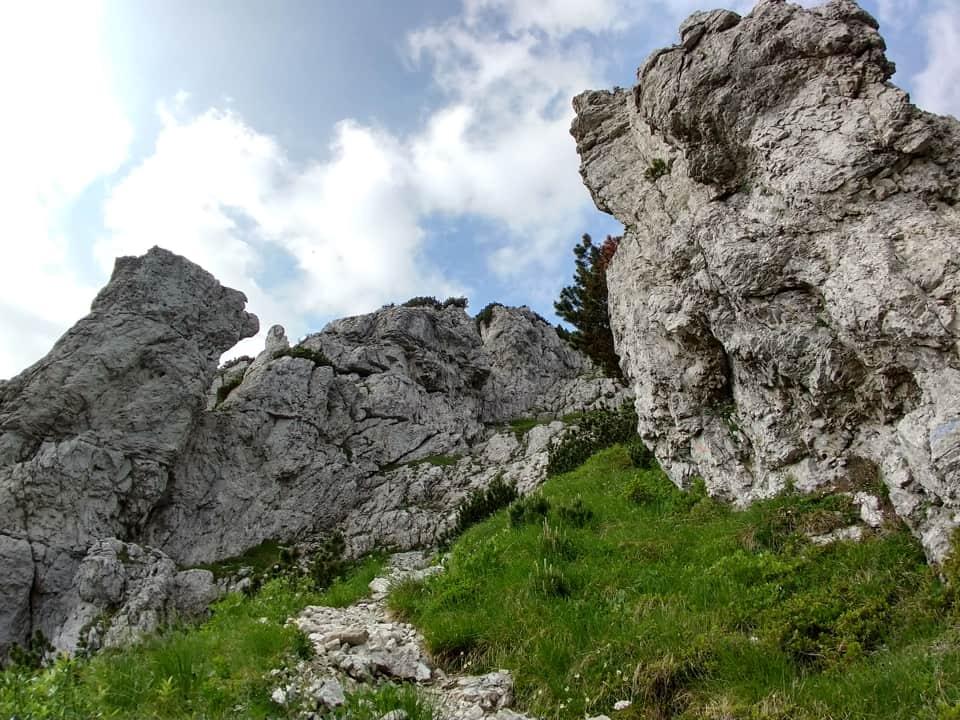La direttissima consente di ammirare da vicino il massiccio roccioso che caratterizza questa vetta