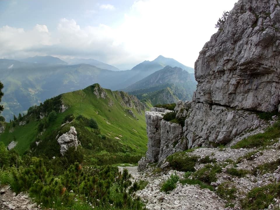 La salita offre numerosi scorci panoramici che impongono brevi pause fotografiche