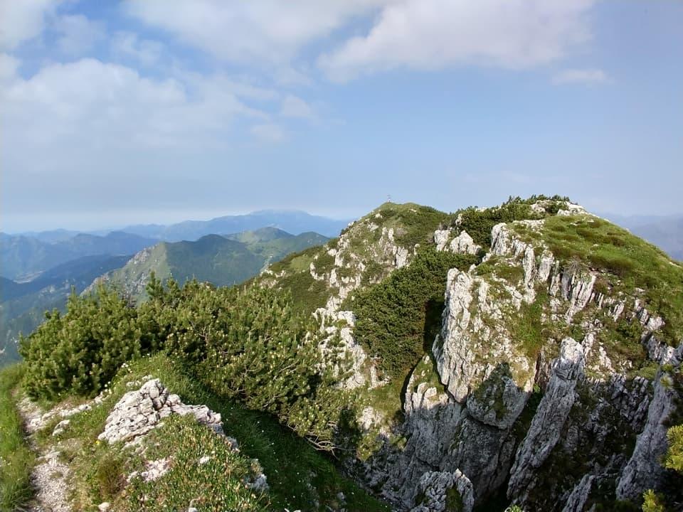 Eccomi finalmente in vetta ad ammirare la seconda cima e l'ampio panorama circostante