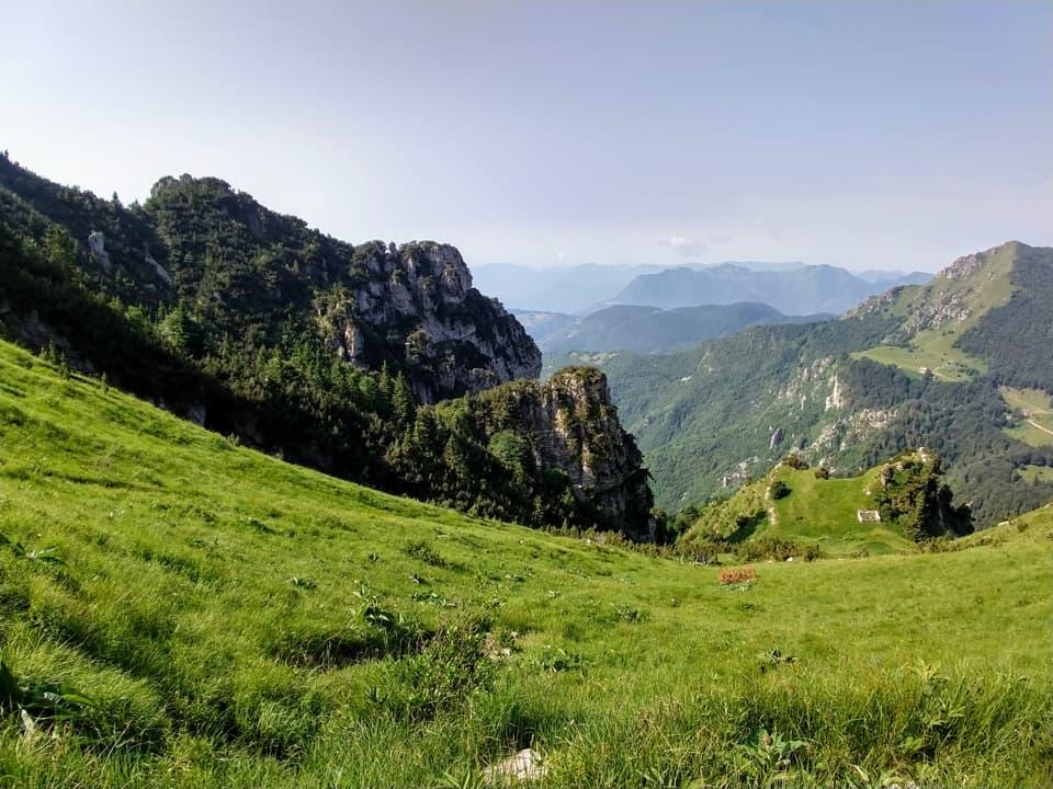 La discesa verso il Passo di Prael attraversa il versante prativo valsabbino