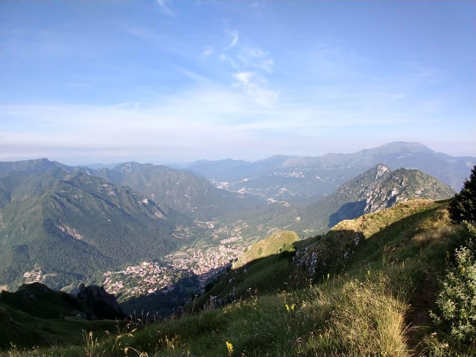 Lo splendido panorama alla mia destra spazia dalla vicina Corna di Caspai al Monte Guglielmo