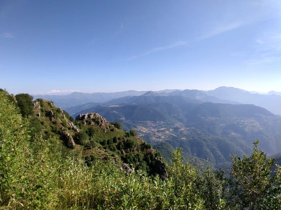 Lungo la discesa il paesaggio offre numerose occasioni per ammirare le vette circostanti
