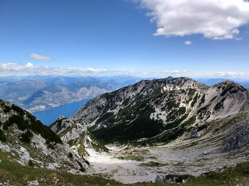 Verso nord possiamo osservare la sponda bresciana fino a Campione del Garda