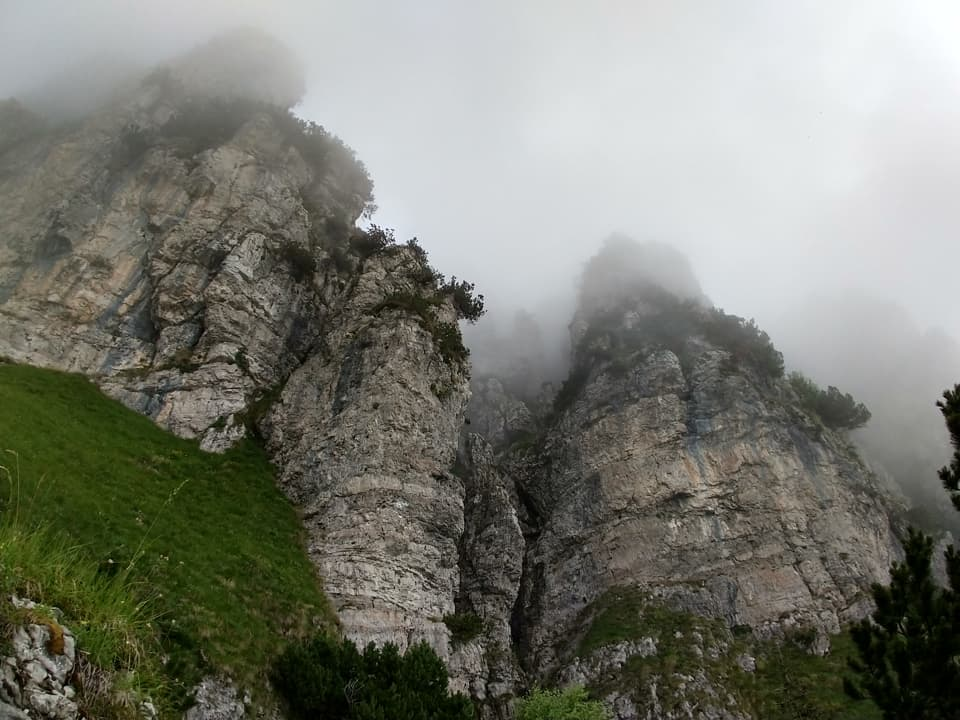 Per raggiungere la Capanna Tita Secchi transito ai piedi del Corno Barzò e delle sue imponenti pareti rocciose