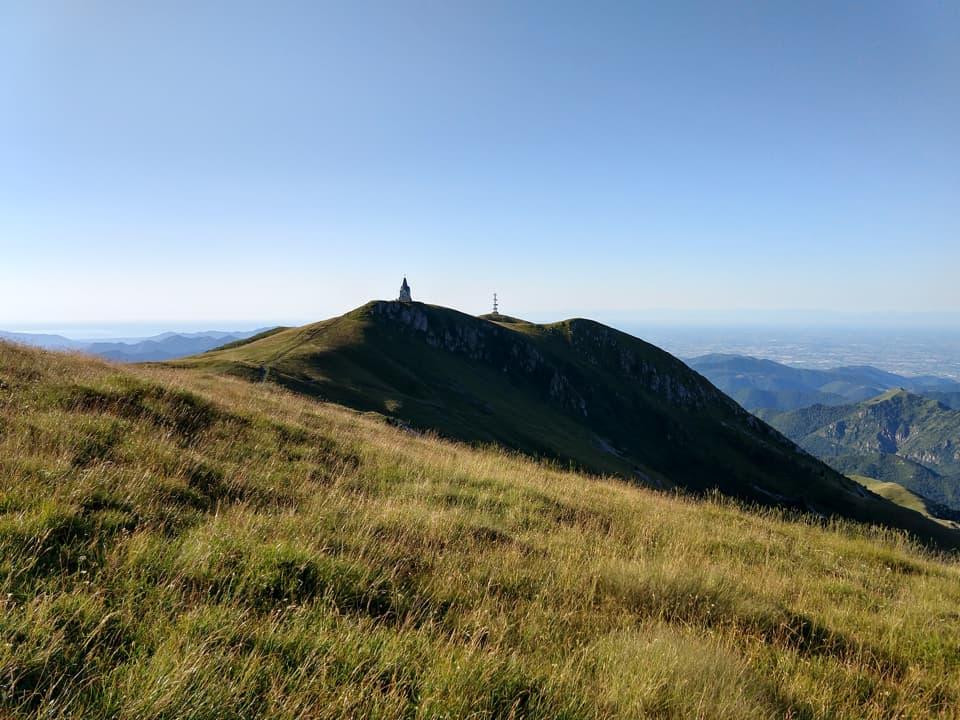 Ecco finalmente comparire il Monumento al Redentore posto sulla cima di Castel Bertino