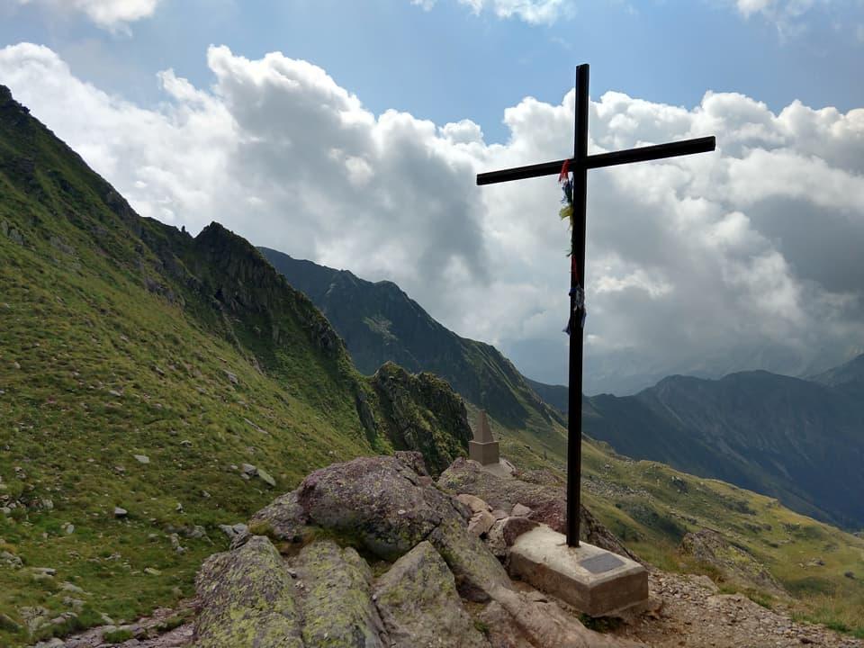 Una bella Croce in metallo ci accoglie al Passi di Mezzeno, prima tappa della nostra escursione