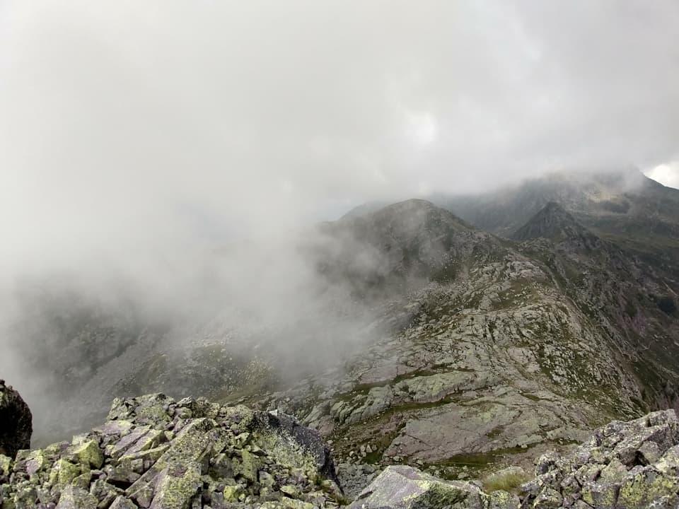 Giunti in vetta al Pizzo Camilla veniamo subito circondati da una fitta nebbia
