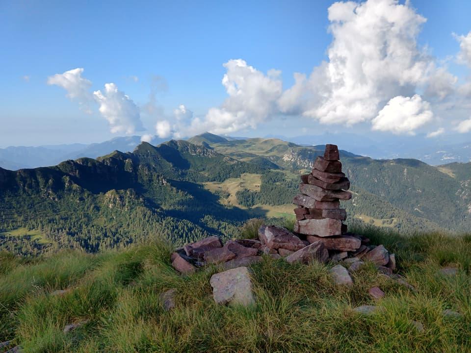 Dalla cima del Monte Fra è possibile godere di una splendida visuale sulla Valle Camonica