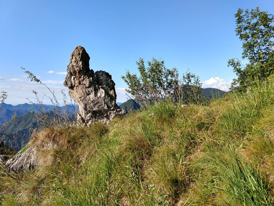 Il sentiero di salita al Valcaelli transita attraverso numerose rocce affioranti
