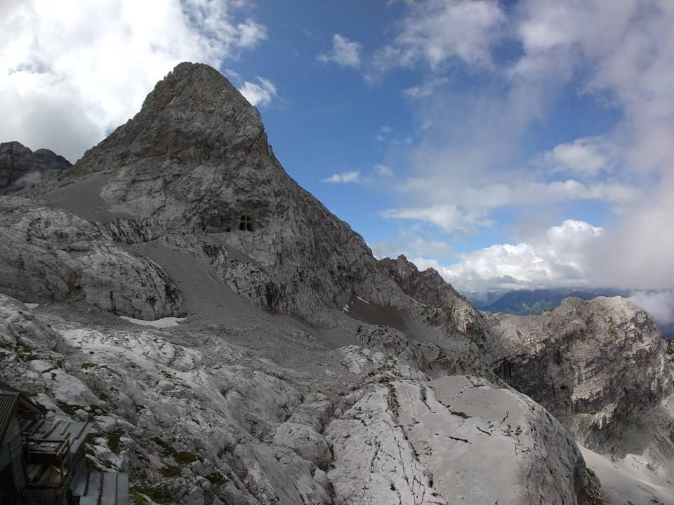Dal rifugio è possibile osservare la vetta dei XII Apostoli e la sottostante Cappella scavata nella roccia