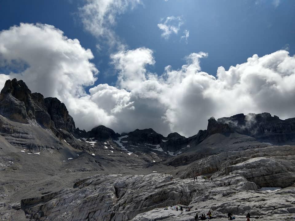 Siamo circondati da un panorama di indescrivibile bellezza dove rocce e cielo si fondono