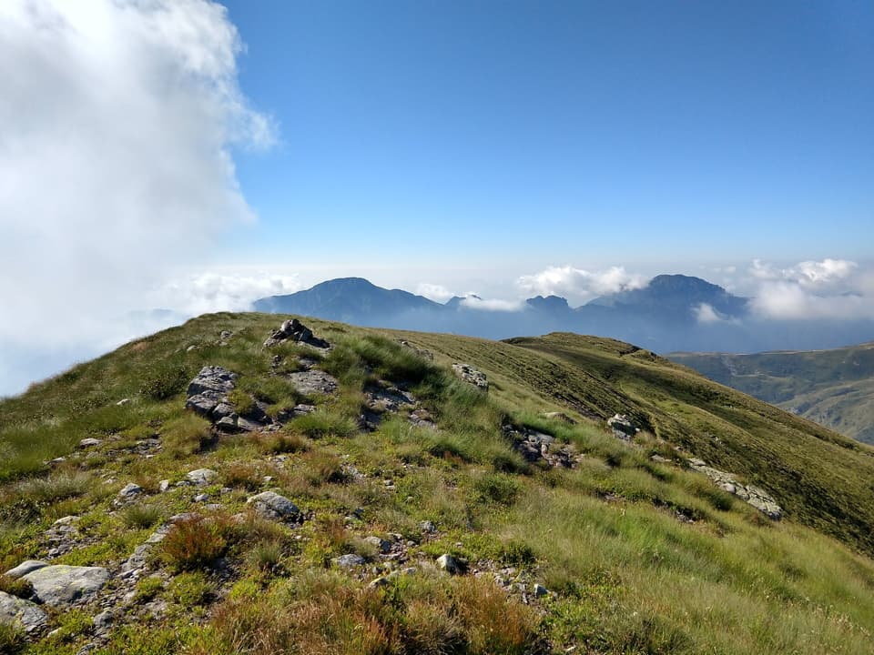 La cresta erbosa del Monte Matto mi regala questo bel panorama