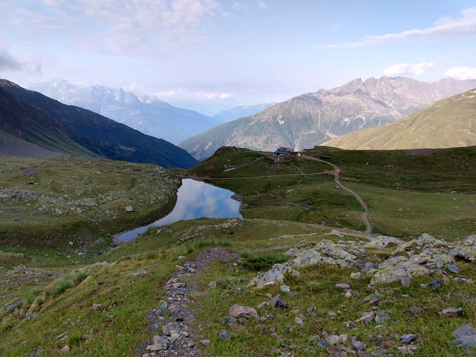 A pochi passi dal rifugio ecco comparire il Lago di Montozzo situato a 2400m di quota