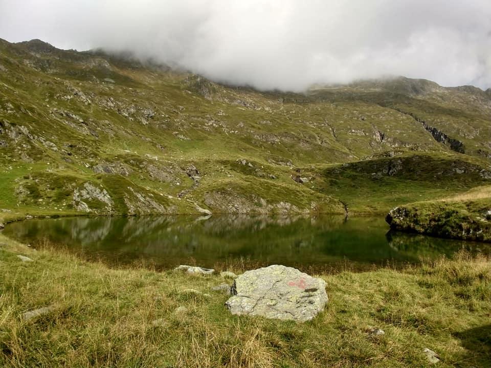 La variante del sentiero (160A) consente di raggiungere il piccolo Lago di Val di Scala