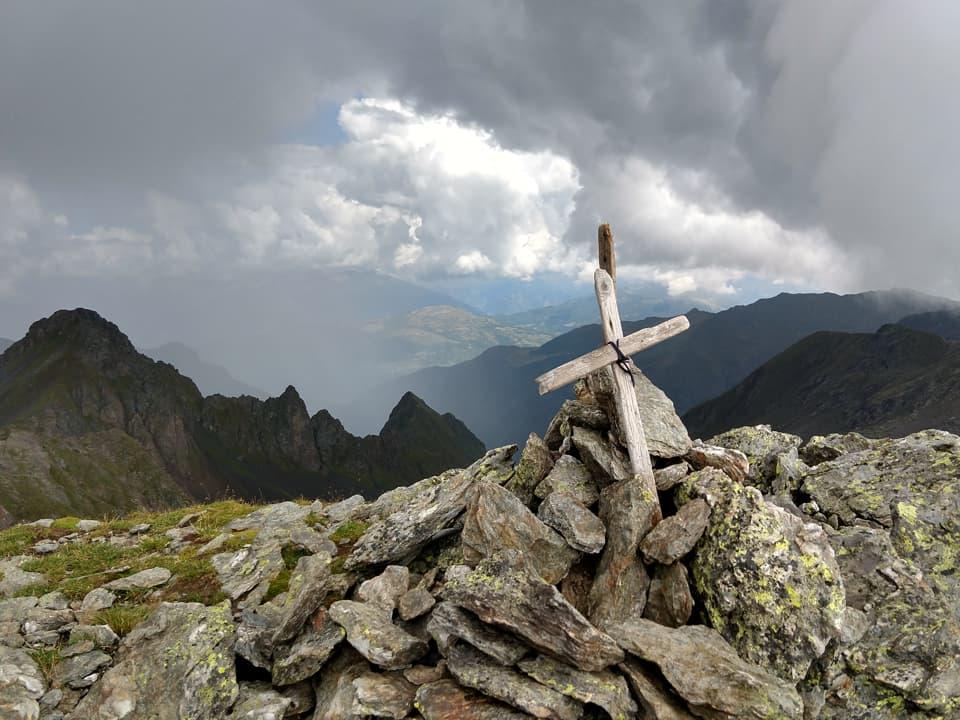 Prima di iniziare la discesa raggiungiamo facilmente la vetta del Monte Torsoleto e la sua umile Croce