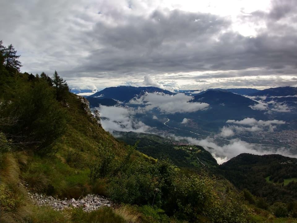 Durante la salita possiamo costantemente ammirare la valle del Fiume Adige