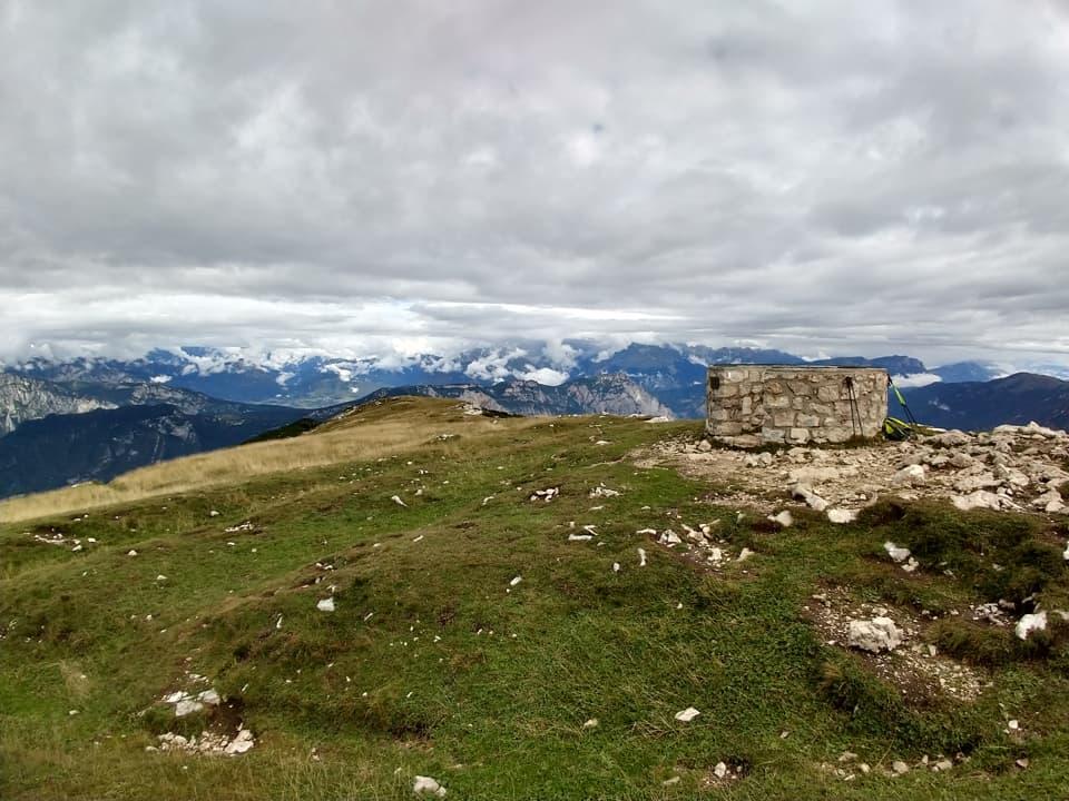 Eccoci finalmente sulla pianeggiante vetta erbosa del Monte Stivo, peccato solo per le nuvole