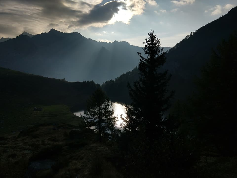 Ecco il piccolo Lago di Campo, specchio d'acqua sul quale si riflette il sole del mattino