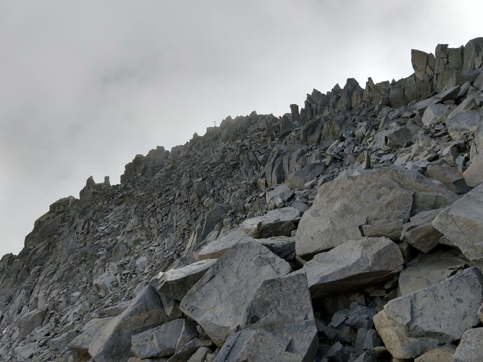 Ecco l'infinita pietraia costituita da rocce granitiche sulle quali il cammino diviene lento e faticoso