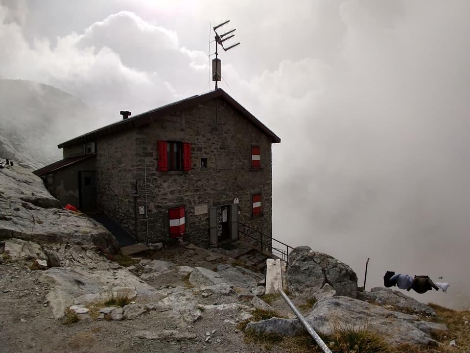 A pochi metri dal passo Dernal ecco comparire il rifugio Maria e Franco, situato a ben 2574 m di quota
