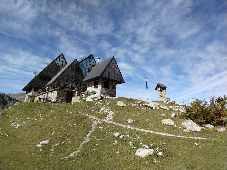 Ecco il bellissimo Rifugio Garelli, una moderna struttura che ben si integra con l'ambiente circostante.