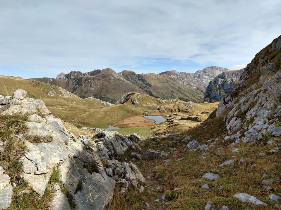 Il tempo a disposizione ci consente di visitare, con una breve deviazione, questo bel laghetto alpino.