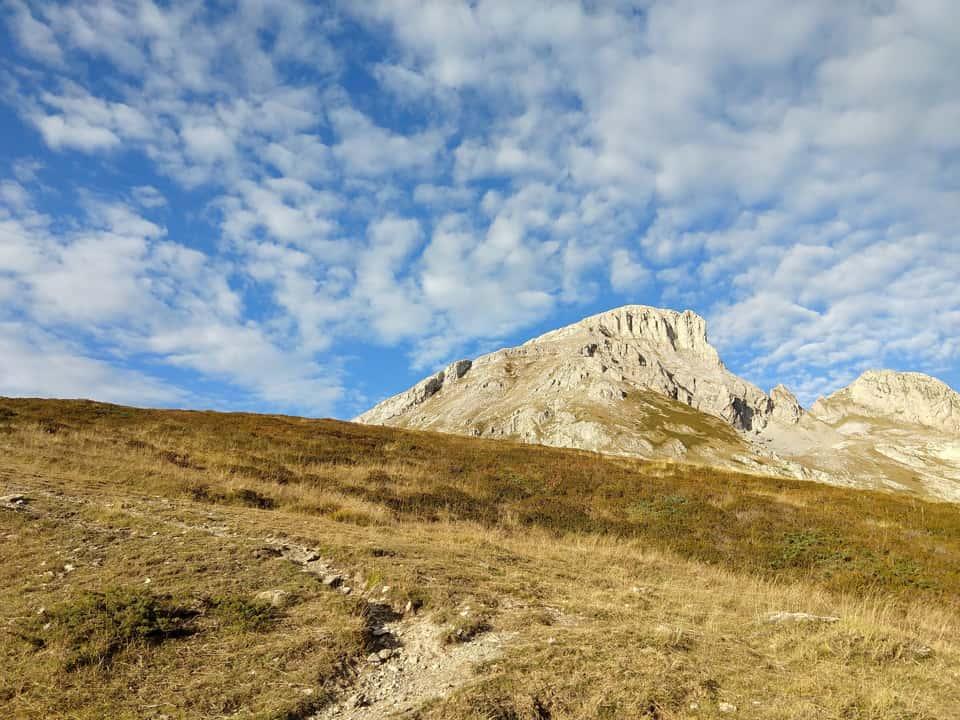 La salita verso il Passo delle Saline ci consente di ammirare la vetta che dovremo raggiungere.