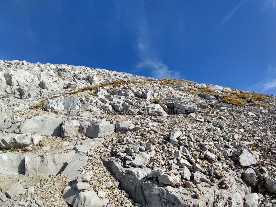 La salita risulta molto faticosa in quanto si sviluppa su instabili sfasciumi di roccia.