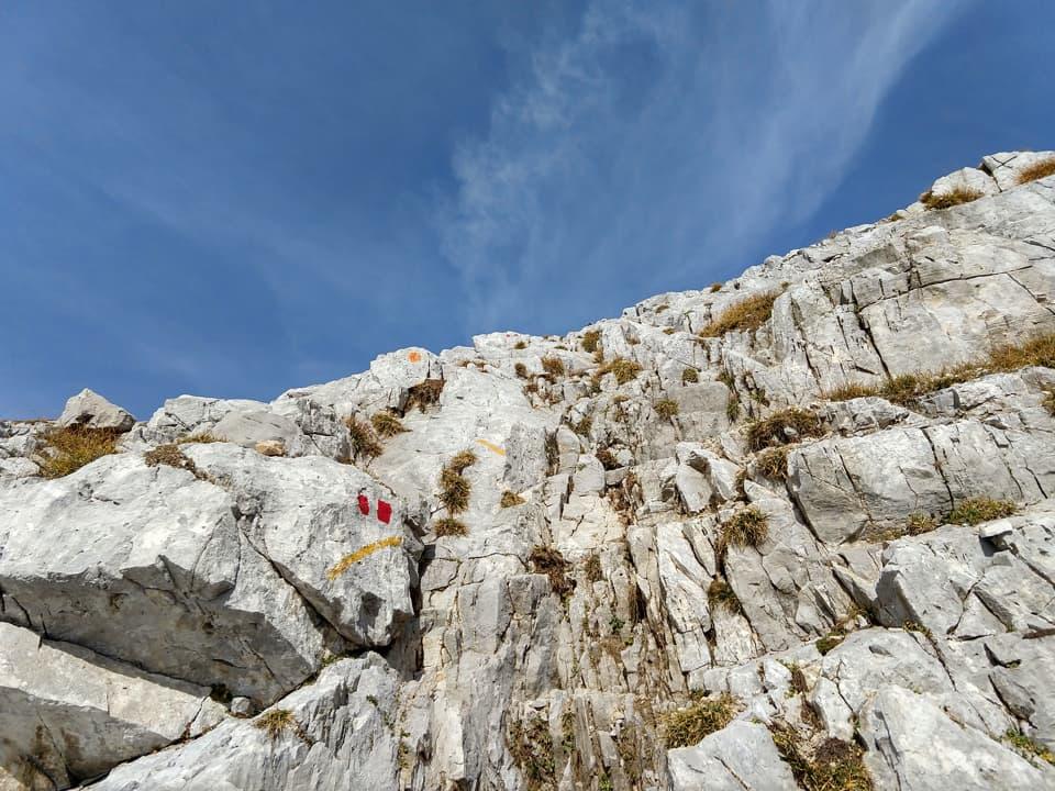 Alcuni passaggi su roccia richiedono l'utilizzo delle mani e una certa attenzione.