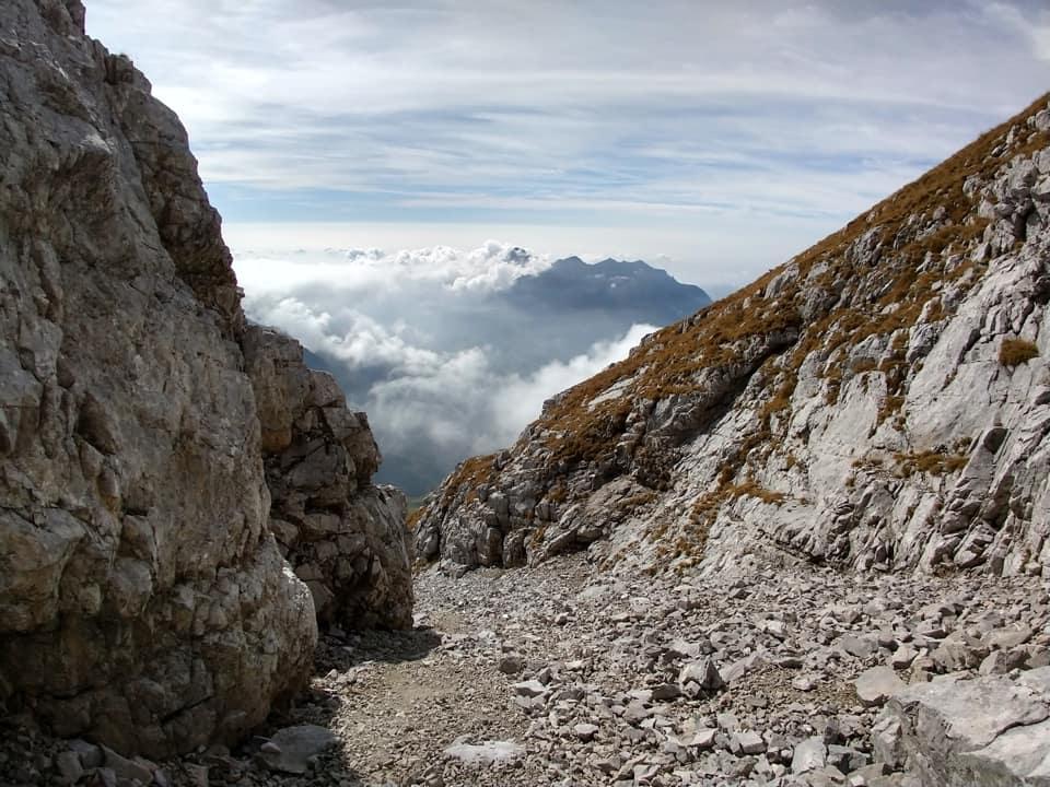 Ecco il canalone che taglia in due la montagna: prestare attenzione a eventuali scariche durante il passaggio.