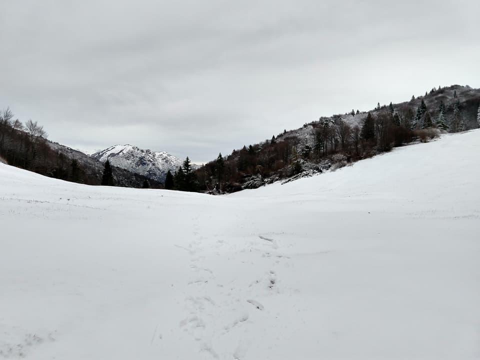 In prossimità del Passo Guil ci troviamo inaspettatamente a camminare su un morbido manto nevoso.