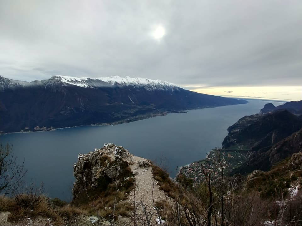 Raggiunta Cima Mughera il Lago di Garda compare quasi all'improvviso, splendido e imponente.